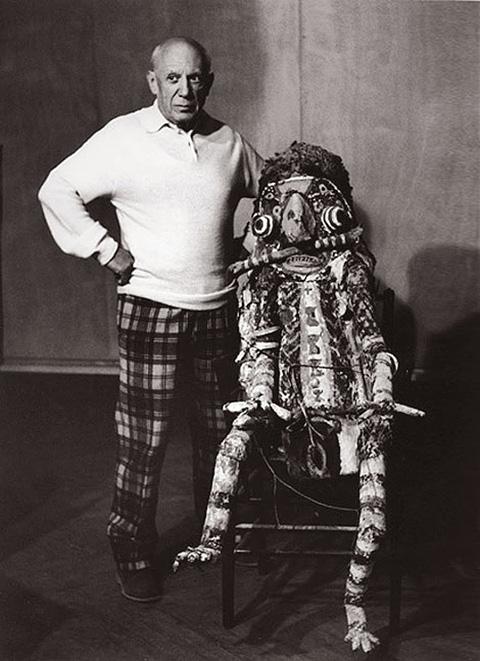 Пикассо с монстром Матисса, вилла Калифорния, Канны, 1956. Фото — Люсьен Клерг