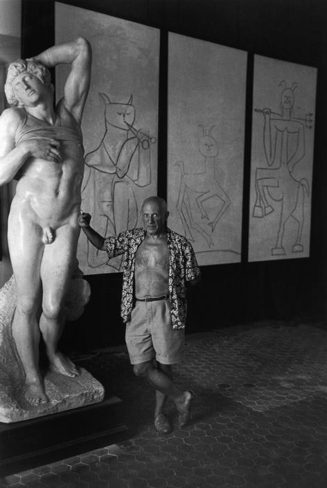 Пикассо в музее Гримальди, Антиб, 1948. Фото — Роберт Капа