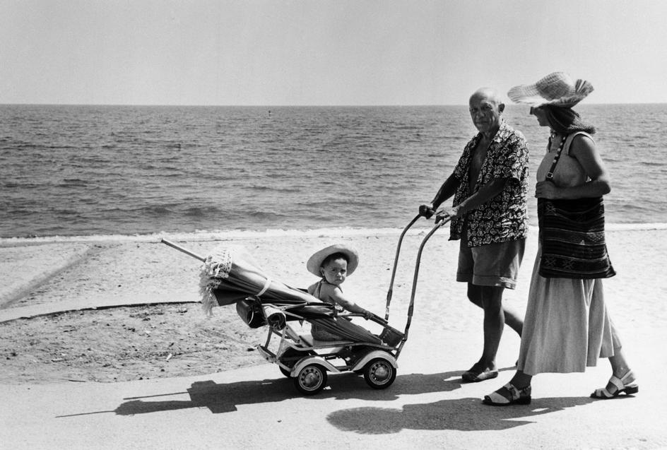 Пикассо на пляже с Франсуазой Жило и сыном Клодом, Гольф-Жуан, 1948. Фото — Роберт Капа