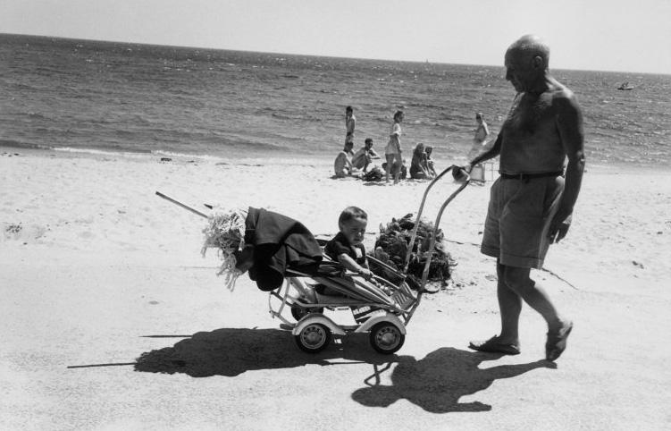 Пикассо на пляже с сыном Клодом, Валлорис, Гольф-Жуан, 1948. Фото — Роберт Капа