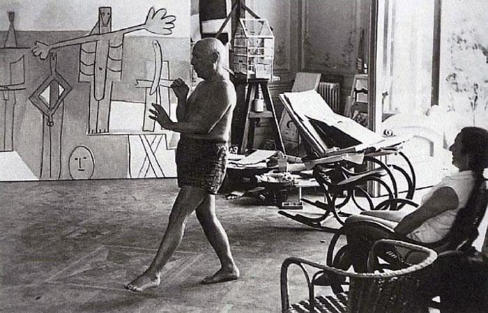 Пикассо танцует перед Жаклин Рок, вилла Калифорния, Канны, 1957. Фото - Дэвид Дуглас Дункан