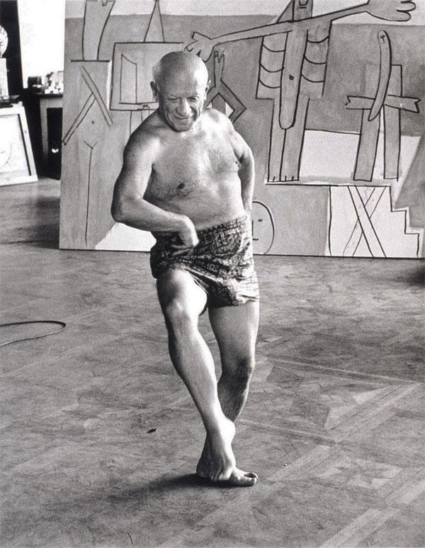 """Пикассо танцует на фоне картины """"Купальщицы Ля Гаруп"""", вилла Калифорния, Канны, 1957. Фото - Дэвид Дуглас Дункан"""