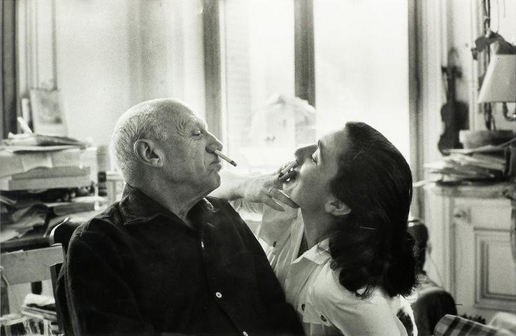 Пикассо учит Жаклин Рок курить по-цыгански, вилла Калифорния, Канны, 1957. Фото — Дэвид Дуглас Дункан