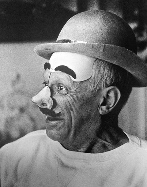 Пабло Пикассо в маске клоуна, Канны, 1957.  Фото Дэвида Дугласа Дункана