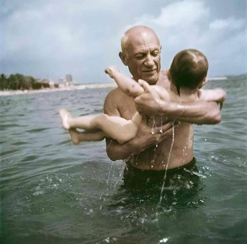 Пикассо купает в море своего сына Клода, Валлорис, 1948. Фото — Роберт Капа