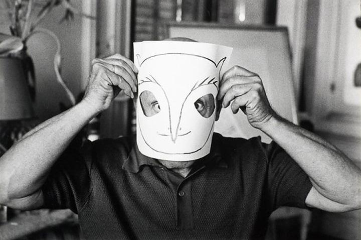 Пикассо примеряет маску совы, вилла Ла Калифорния, Канны, 1957. Фото — Дэвид Дуглас Дункан