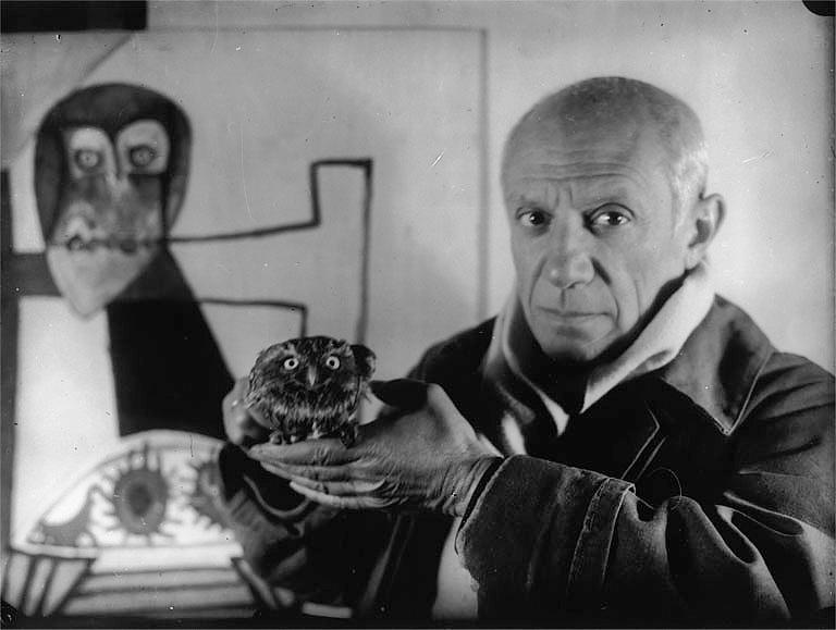 Пикассо, сова и портрет совы, Антиб, 1946. Фото — Мишель Сима