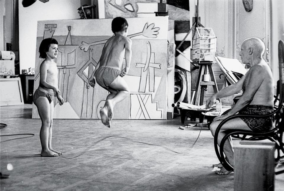 Пикассо играет со своими детьми, Клодом и Паломой, Канны, 1957, фото Дэвид Дуглас Дункан