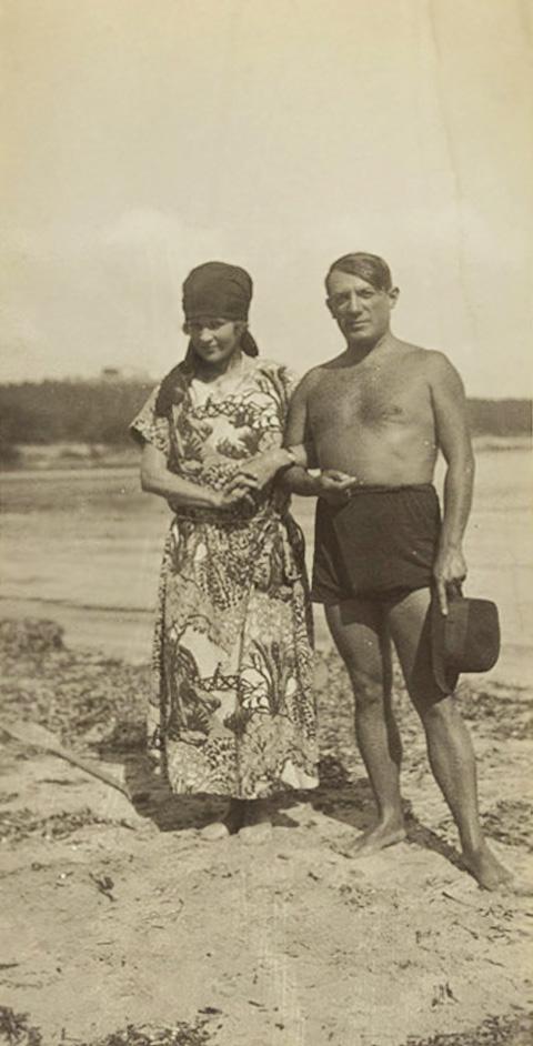 Сара Мерфи и Пабло Пикассо на пляже в Антибе, 1923