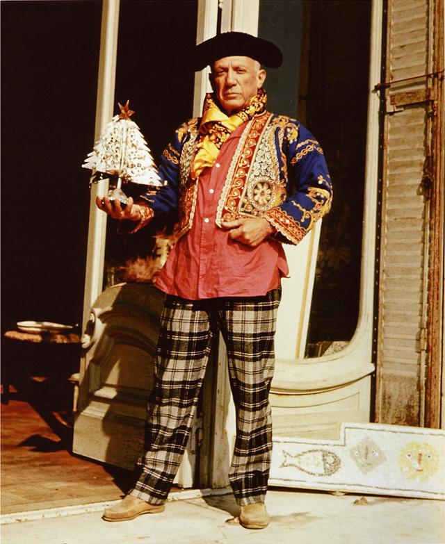 Пабло Пикассо в костюме тореадора, с рождественской елочкой. Канны, 1956. Фото — Эдвард Куинн