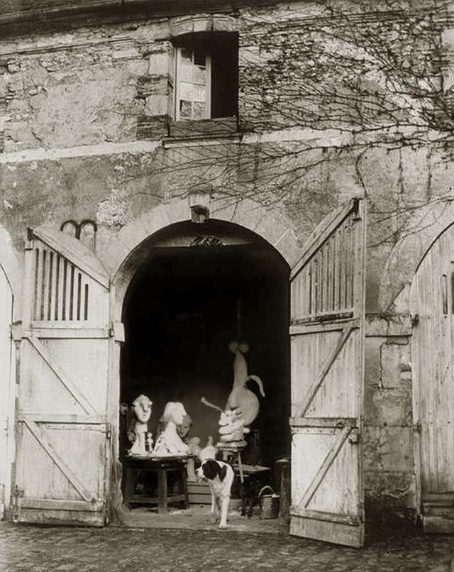 Пиренеец Боб, собака Пикассо в его мастерской в Буажелу, 1932. Фото — Брассай