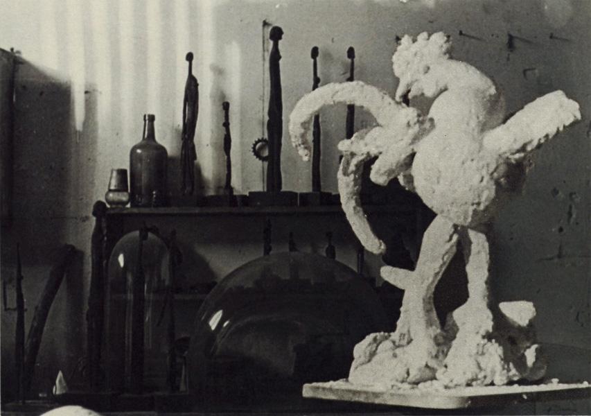 Петух, гипсовая скульптура Пикассо, фото мастерской в Буажелу, 1931