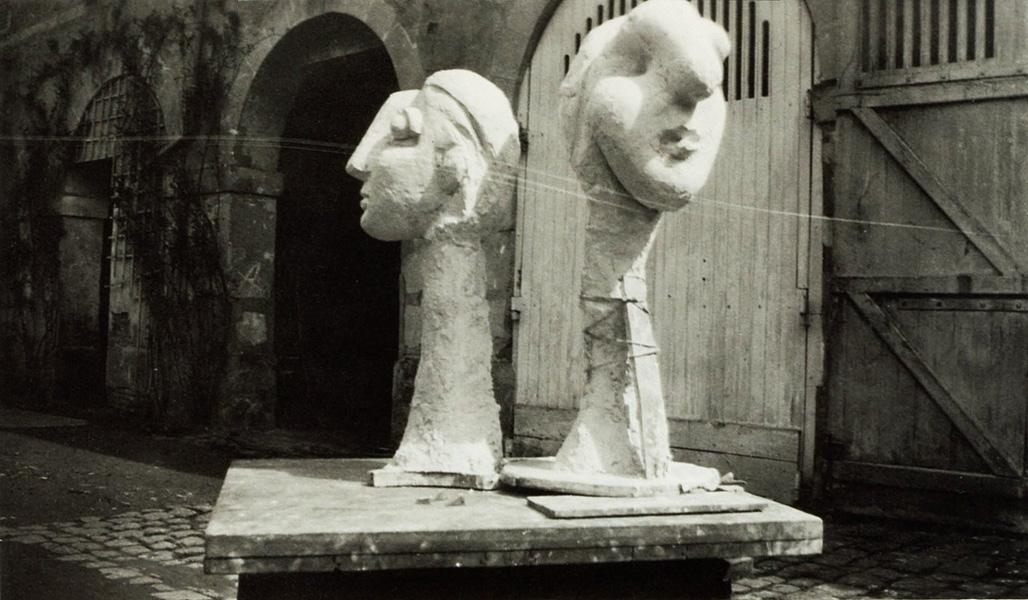 Гипсовые скульптуры у входа в мастерскую Пикассо, Буажелу, фото 1931