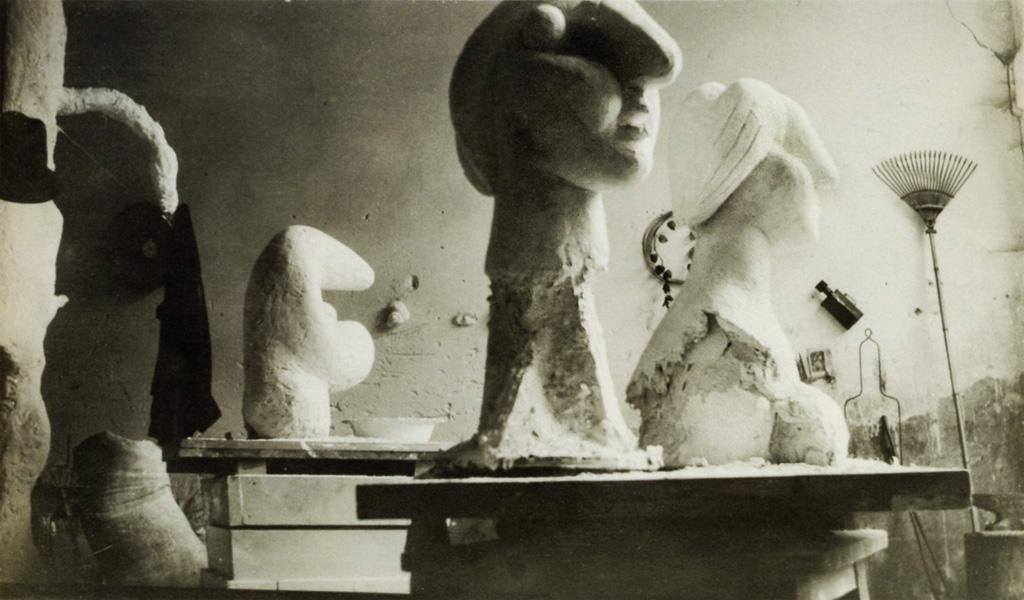 Гипсовые скульптуры, фрагмент мастерской Пикассо в Буажелу, 1931