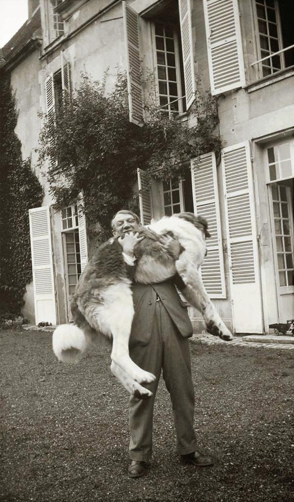 Пикассо и его собака Боб, Буажелу, фото 1932