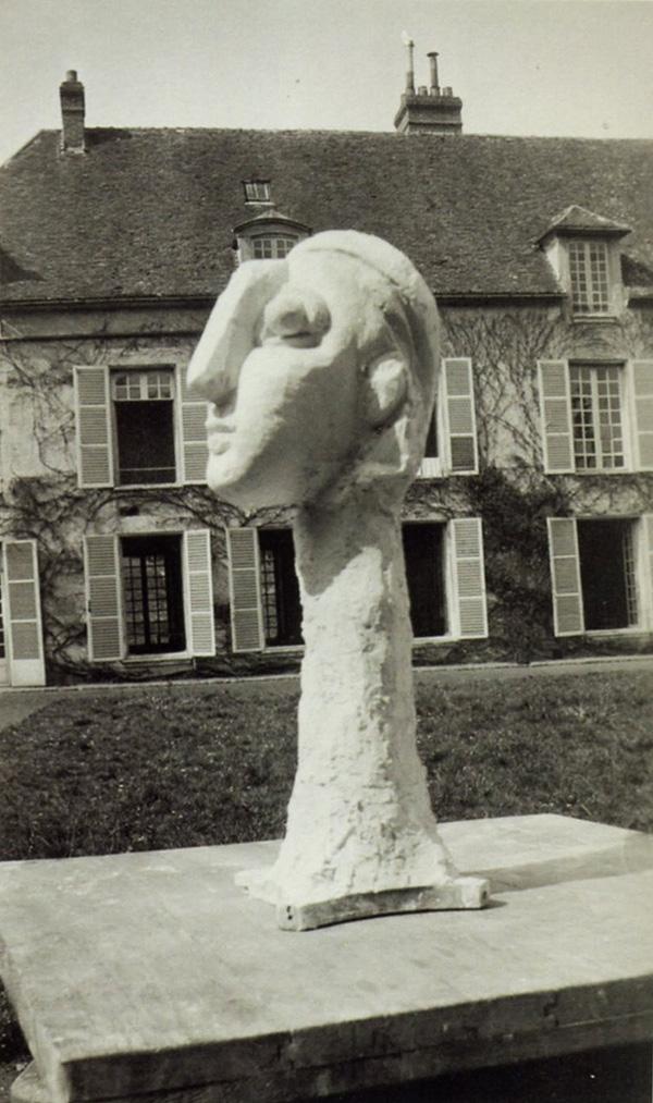 Фото скульптуры Пабло Пикассо  на фоне его дома в Буажелу, 1931