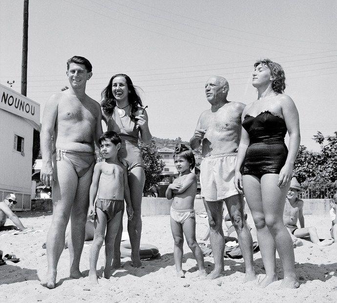 Пикассо со всеми своими детьми и Франсуазой Жило. Лазурный берег, 1954. Фото — Эдвард