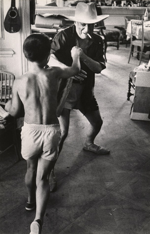 Пикассо играет со своим сыном Клодом, вилла Калифорния, 1957. Фото — Дэвид Дуглас Дункан